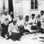 [:uk]Батьки М. Леонтовича в селі Білоусівці (батько – третій зліва, поряд мати)[:]