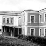 [:uk]Тиврівське духовне училище, в якому у 1901–1902 роках працював учителем музики та співів М. Леонтович. У 1997 р. на одній із стін будинку встановлено меморіальну дошку композиторові.[:]