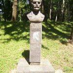 [:uk]Погруддя М.Д. Леонтовича на алеї видатних земляків Центрального міського парку.[:]