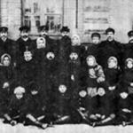 [:uk]Хор робітників станції Гришино, 1905 р. (у центрі – М. Леонтович)[:]