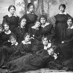 [:uk]Н. Танашевич (третя зліва у другому ряду) серед випускниць Тульчинської жіночої єпархіальної школи[:]