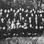[:uk]М. Леонтович серед викладачів і учениць Тульчинської жіночої єпархіальної школи. 1916 р. (другий зліва у третьому ряду)[:]